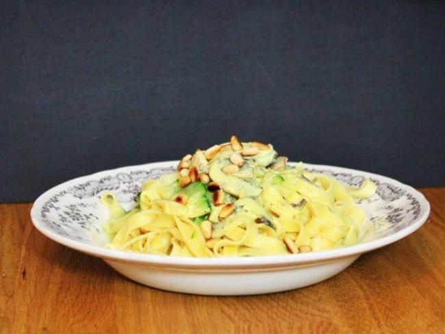 Tagliatelles et tagliatelles de courgettes, sauce au curry et pignons de pin