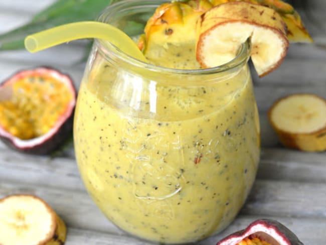 Smoothie ananas, fruits de la passion, banane