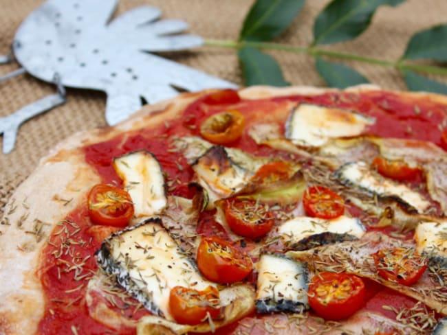 Pizza rouge aux tagliatelles de courgettes, tomates cerises et chèvre cendré