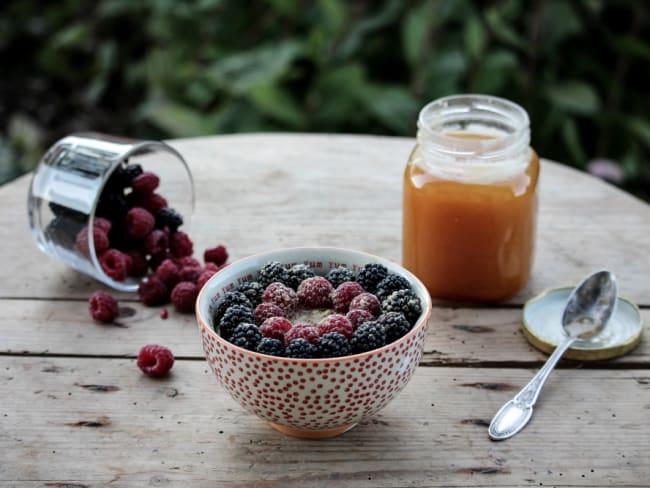 Porridge aux framboises, mûres, gingembre, miel
