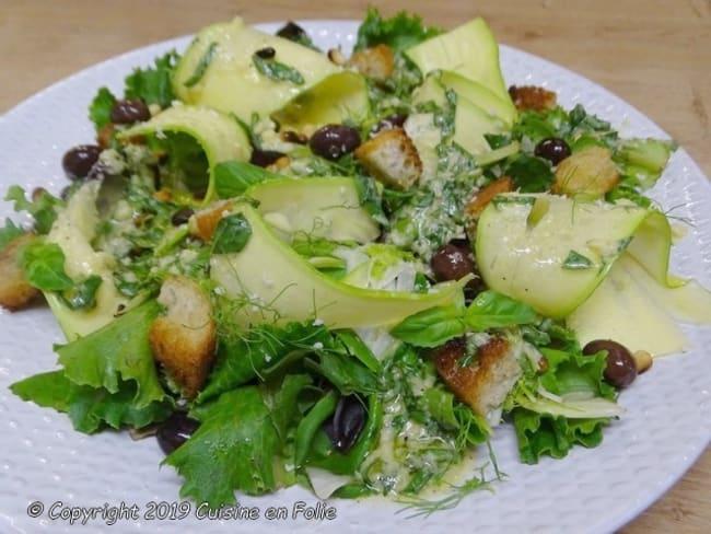 Salade de mesclun, fenouil et courgettes, pignons grillés, huile d'olive à l'orange