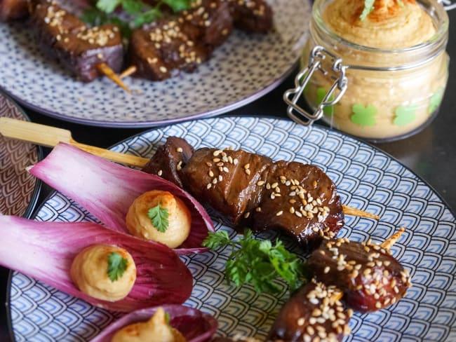 Brochettes de boeuf teriyaki et houmous au paprika en cuillères végétales