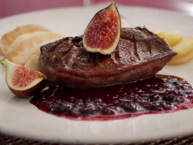 Filet de canette grillé, fruits poêlés, sauce au cassis