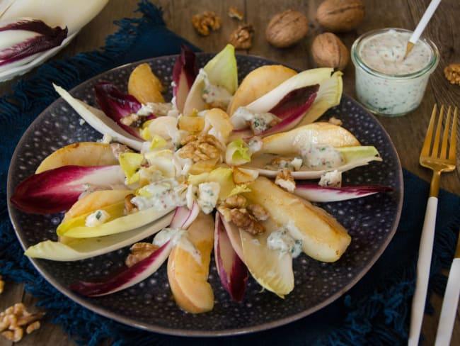 Salade d'endives, poire et noix, sauce crémeuse au bleu