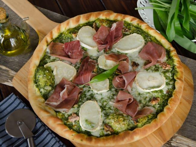 Pizza ail des ours chèvre prosciutto