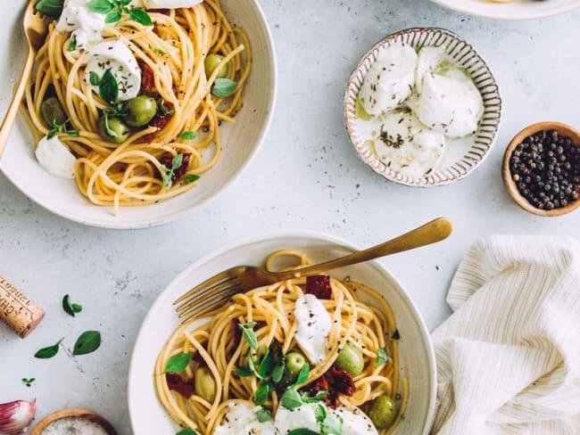 Spaghettis aux olives, tomates séchées et mozzarella