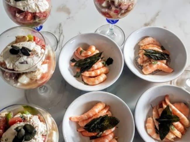 Salade de tomates et crevettes marinées à la sauge