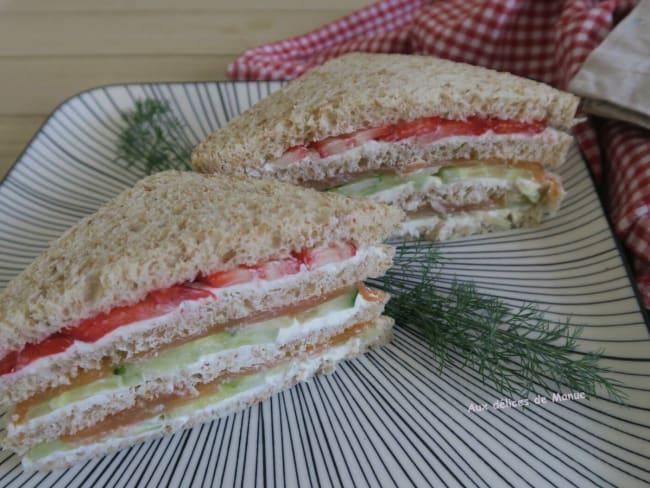 Club sandwich à la truite fumée, concombre et fraises