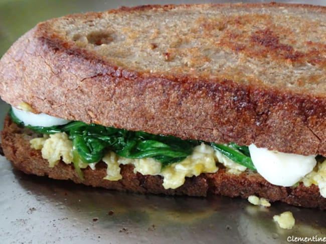 Grilled cheese, œuf et épinards