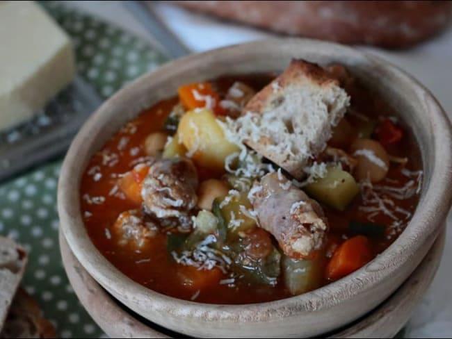 Soupe de légumes d'été à la saucisse
