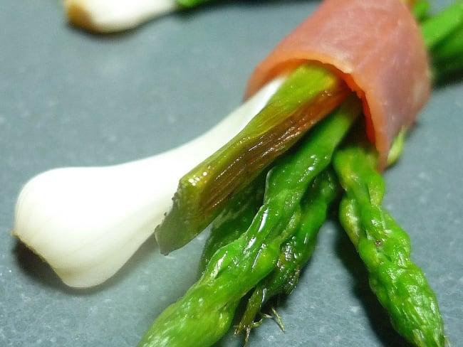 Fagotins d'asperges sauvages et aillets au serrano