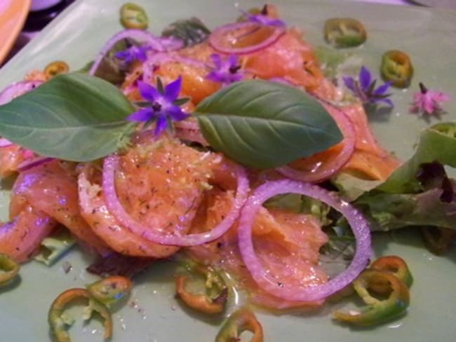 Carpaccio de saumon aromatisé àl'huile de sésame et au combava