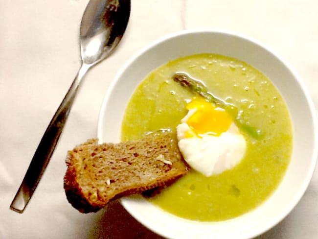 Soupe d'asperges et oeuf poché
