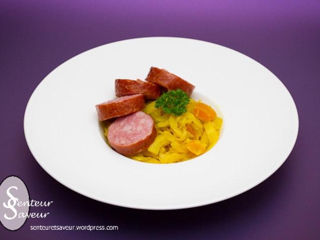 Chou au curry, aux abricots secs et sa saucisse de Morteau