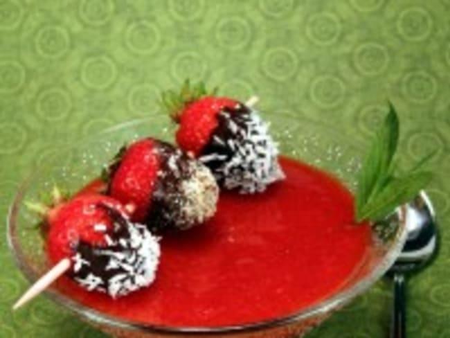 Soupe de fraises et sa brochette de fraises déguisées
