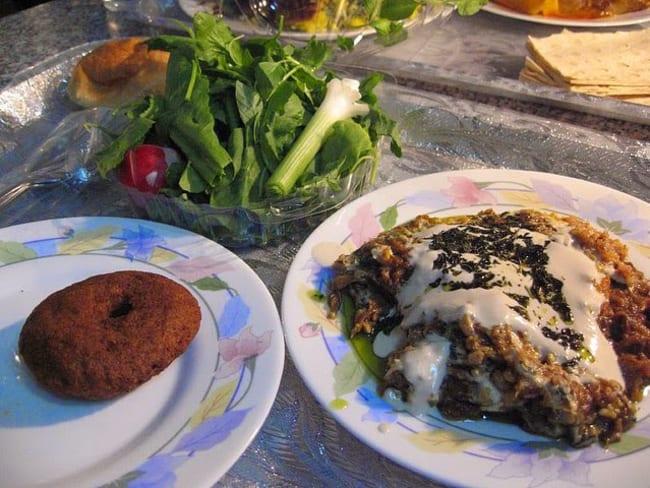 Aubergines grillées au four, grenade, pignons de pin, sauce yaourt