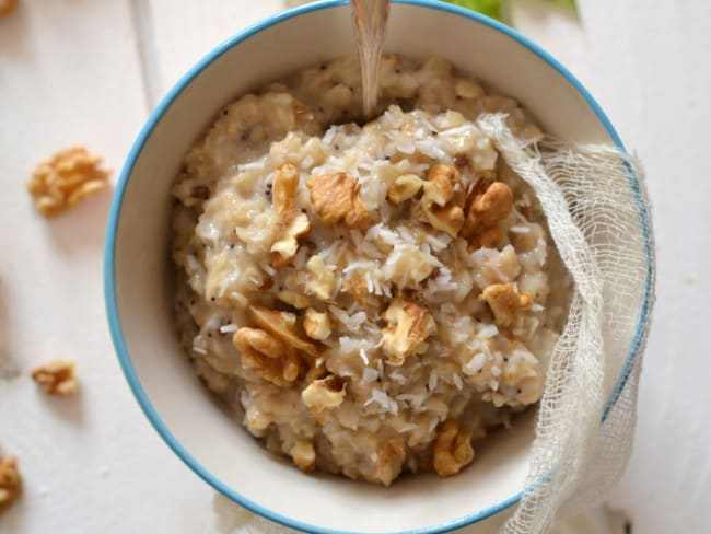 Porridge végétal aux flocons d'avoine, noix et coco
