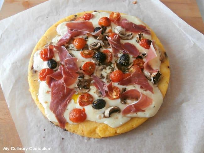 Galette de polenta façon pizza, mozzarella, champignons, olives, tomates et jambon cru