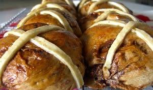 Brioches épicées aux fruits secs ou hot cross bun