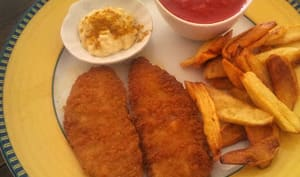 Fish and chips épicé, sauce curry et tomates