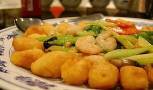 """""""fried custard"""", crevettes épicées, noix de pecan, légumes et salicornes"""