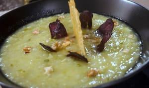 Soupe d'épluchures de chou-fleur et brocolis, magrets de canard séchés, noix et tuiles d'ossau-iraty