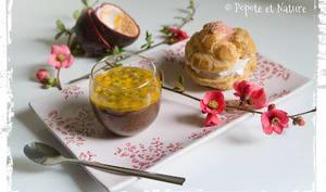 Café gourmand : mousse au chocolat et fruits de la passion accompagnée d'un chou framboise