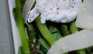 Salade d'asperges vertes avec un oeuf poché et du parmesan