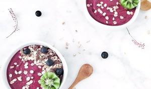 Smoothie bowl vegan aux fruits rouges