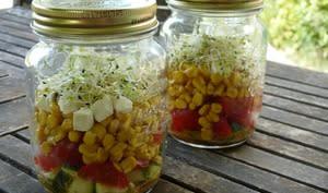 Salade en bocal au maïs, feta et graines germées
