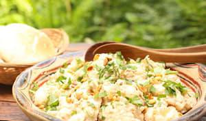 Salade de chou-fleur en sauce aux anchois et pignons de pin