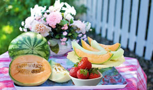 Salade de fruits aux melons et aux fraises parfumée au vin rosé