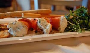 Roulés de saumon au fromage crémeux et aux herbes, roquette