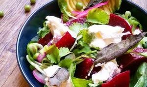 Salade de betterave et burrata au vert, chips de sauge
