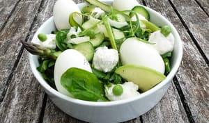 Salade printanière bicolore de légumes crus au chèvre frais avec ou sans oeufs