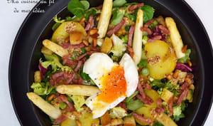 Salade tiède pommes de terre, asperges, lardons et oeuf mollet