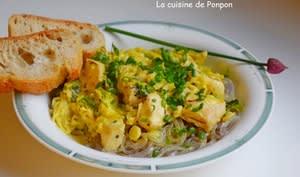 Poulet au poireau parfumé de curry et lapacho sur un lit de nouilles de patates douces