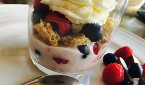 Trifle framboise et myrtille, chantilly coco