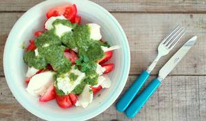 Salade de tomates mozzarella au pesto de basilic et épinards