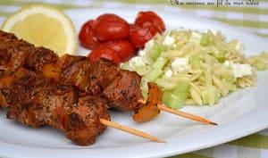 """Brochettes de boeuf façon """"souvlaki"""", salade de pâtes grecques au concombre et à la feta"""