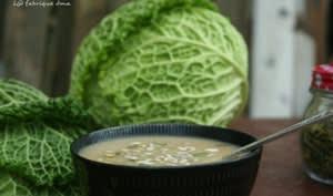 Soupe de chou vert saine et réchauffante