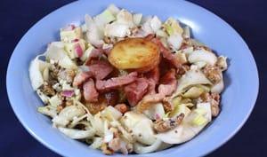 Salade d'endives, pommes de terre sautées, lardons et Morteau