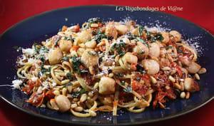 Spaghetti aux pétoncles, tomates confites, câpres et pignons