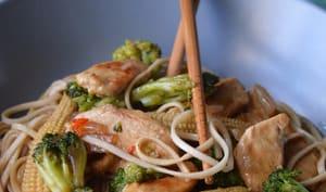 Poulet caramélisé aux légumes et aux nouilles
