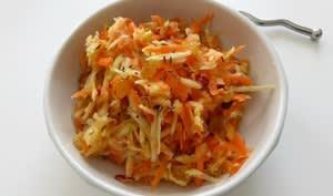 Salade de chou-rave, carotte, pomme et raisins secs