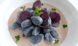 Gnocchi et chips de vitelotte, sauce à la moutarde violette de Brive