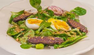 Salade de magret fumé de canard, mâche et oeuf mollet