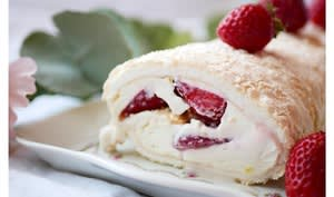 Biscuit meringué, fraise et labné