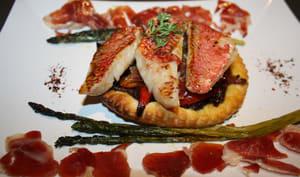 Tartes fines de rougets aux poivrons et pétales de jambon Bellota Iberico sur son lit de compotée d'oignons rouges