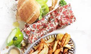Burger de poulet pané à la pistaches, tomates vertes et sauce moutarde